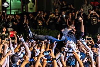 El público transporta a Migue, cantante de Saurom, hasta el escenario. M.González